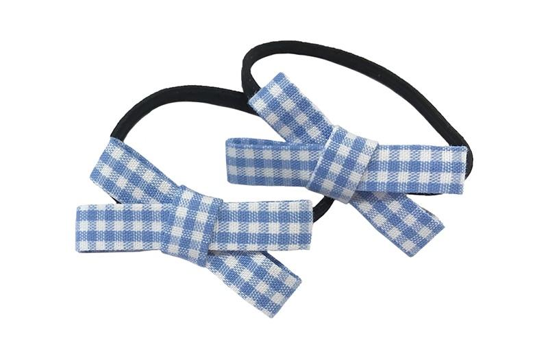 Lief setje van 2 smalle zwarte haarelastiekjes. Met op elk een licht blauw wit geruit stoffen strikje.  De strikjes zijn ongeveer 3.5 centimeter breed.
