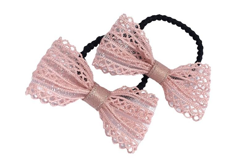 Schattig setje van 2 zwarte haarelastiekjes met op elk een  strikje van licht roze kant.  Het elastiekje is een 'gebobbeld elastiekje' voor wat meer grip in de haartjes.