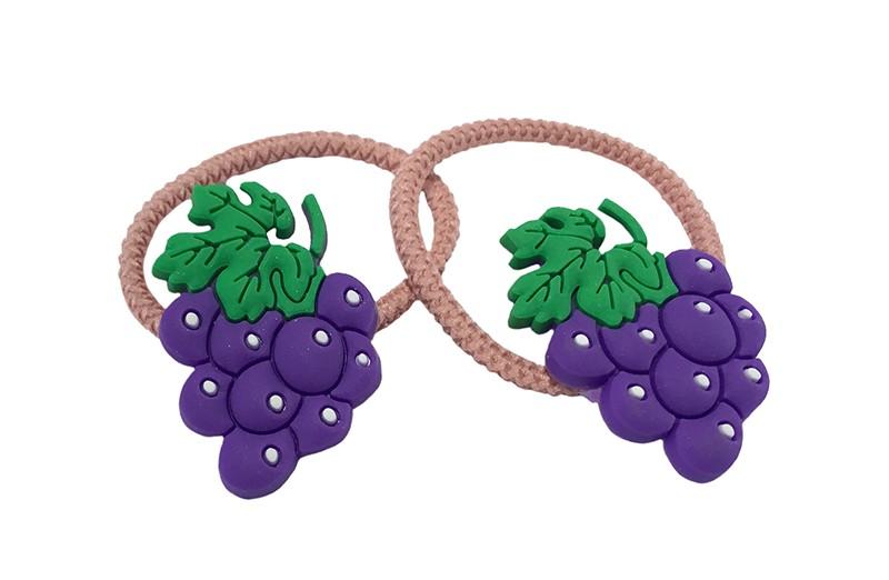 Vrolijk setje van 2 roze peuter, kleuter, meisjes haarelastiekjes.  Met op elk een vrolijk paars druiven figuurtje.
