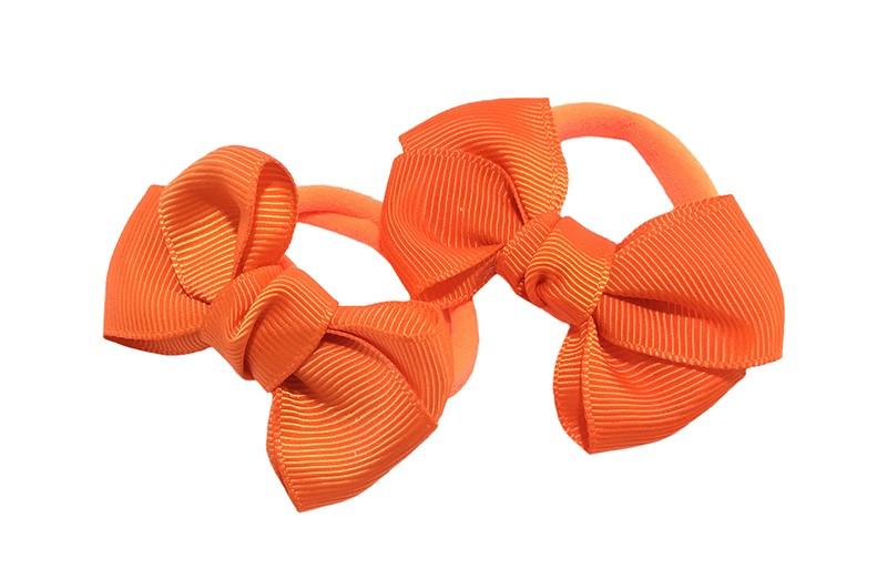 Vrolijk setje van 2 oranje zachte haarelastiekjes met op elk een leuk oranje strikje van lint.