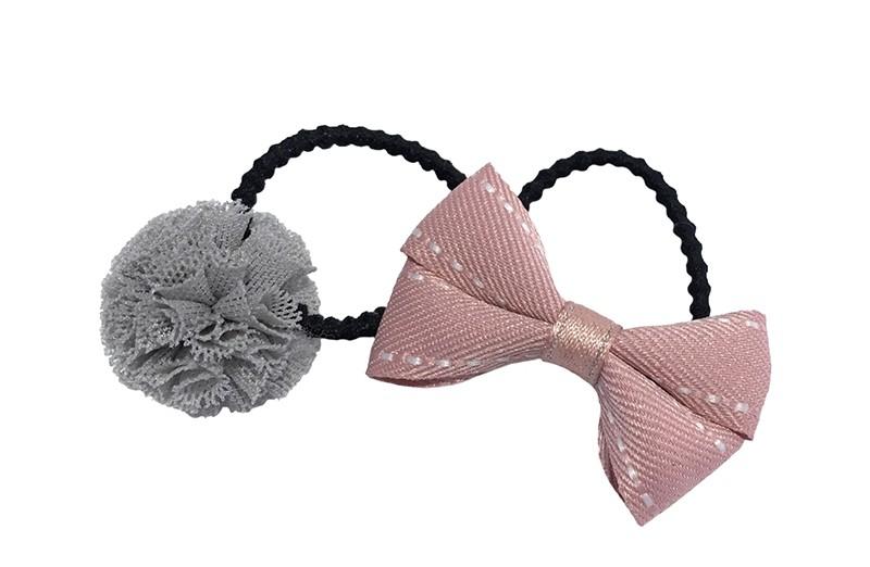Schattig setje van 2 verschillende haarelastiekjes.  1 zwart haarelastiekje met een strikje van oud roze lint. 1 zwart haarelastiekje met een grijs blauw stofbolletje.  Het elastiekje is een 'gebobbeld elastiekje' voor wat meer grip in de haartjes.