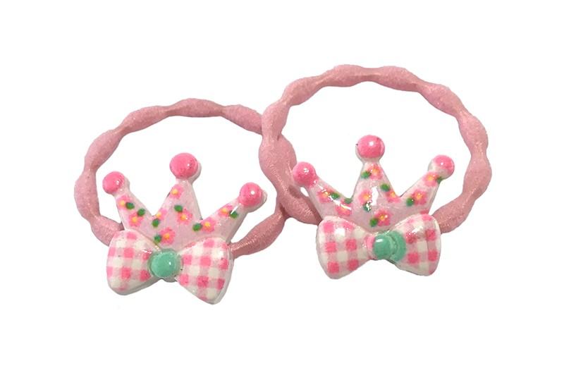 Schattig setje van 2 licht roze haarelastiekjes met op elk een vrolijke steentje in de vorm van een kroontje met strikje.
