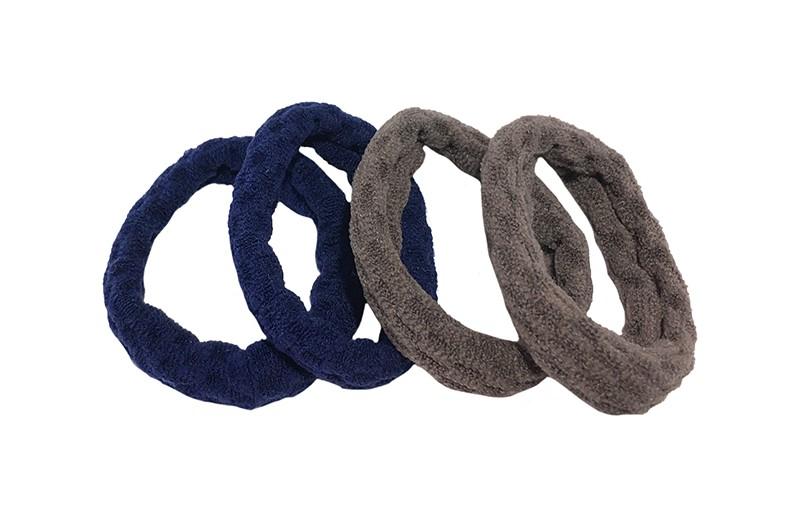 Handige setje van 4 middelgrote haarelatiekjes in de kleurtjes taupe grijs en blauw.  De elastiekjes hebben een leuk gebobbeld patroontje in de stof.