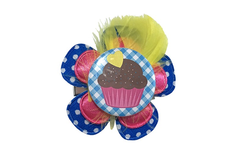 Vrolijke middel grote peuter kleuter haarknip met cupcake. Met een kobalt blauwe bloem met witte stippeltjes en een fuchsia roze bloem. Afgewerkt met een vrolijke button met cupcake en een geel veertje.  Op een handige haarknip met tandjes