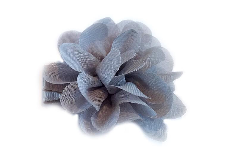Leuke haarknip met grijze chiffon bloem. De haarknip is bekleed met grijs lint. Vrolijk speldje voor kleine meisjes en grotere meisjes.