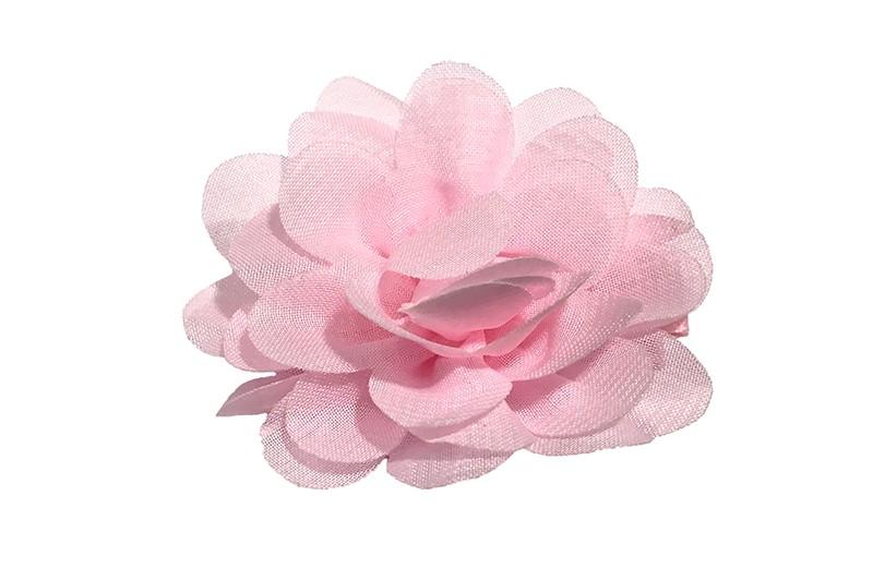 Leuke haarknip met licht roze chiffon bloem. De haarknip is bekleed met licht roze lint. Vrolijk speldje voor kleine meisjes en grotere meisjes.