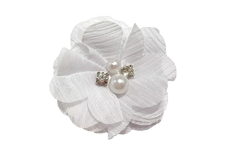 Leuke haarknip met witte chiffon bloem. Afgewerkt met 4 verschillende pareltjes.  Op een handig haarknipje van ongeveer 4 centimeter met kleine tandjes.