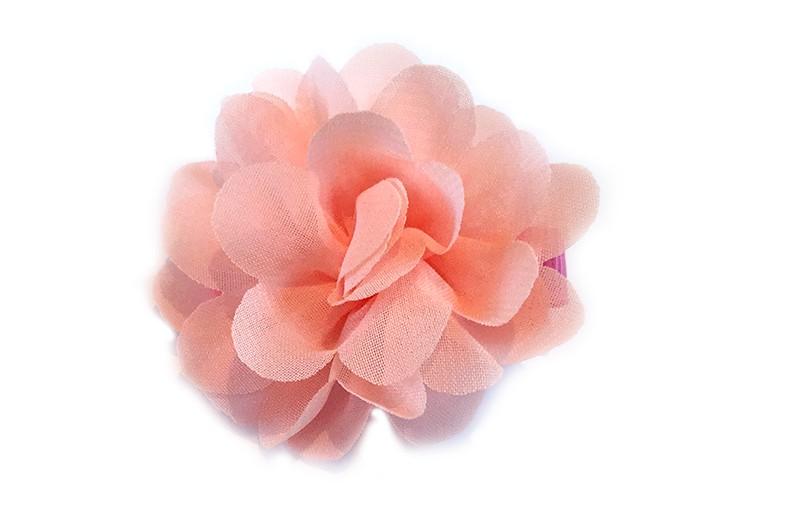 Leuke haarknip met zalm roze chiffon bloem. De haarknip is bekleed met licht roze lint. Vrolijk speldje voor kleine meisjes en grotere meisjes.