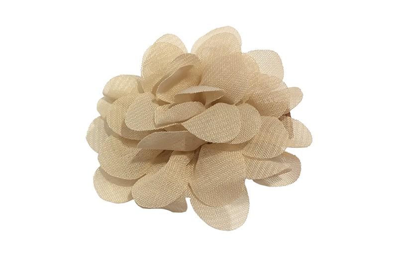 Leuke haarknip met zand kleurige chiffon bloem. De haarknip is bekleed met bruin lint. Vrolijk speldje voor kleine meisjes en grotere meisjes.