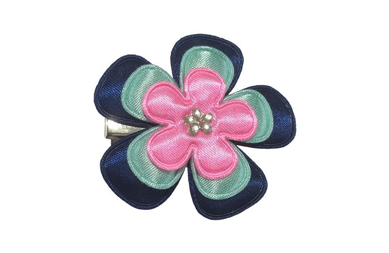 Vrolijke peuter, kleuter meisjes haarknip.  Met donkerblauw, licht groen en roze bloemetje.  Afgewerkt met een leuk glinster bloemetje.   Op een handige alligator haarknip van ongeveer 4 centimeter.