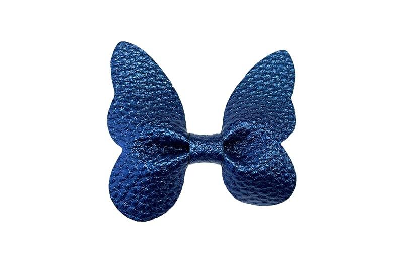 Vrolijke middel grote haarknip met donkerblauwe nep leren vlinder.  Op een plat haarknipje van ongeveer 4.5 centimeter.  Leuk in de peuter en kleuter haartjes.