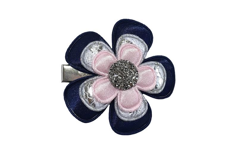 Vrolijke peuter kleuter haarknip.  Met een effen donkerblauw bloemetje, een zilvergrijs bloemetje in kantlook en een effen licht roze bloemetje.  Afgewerkt met een zilvergrijze parel.