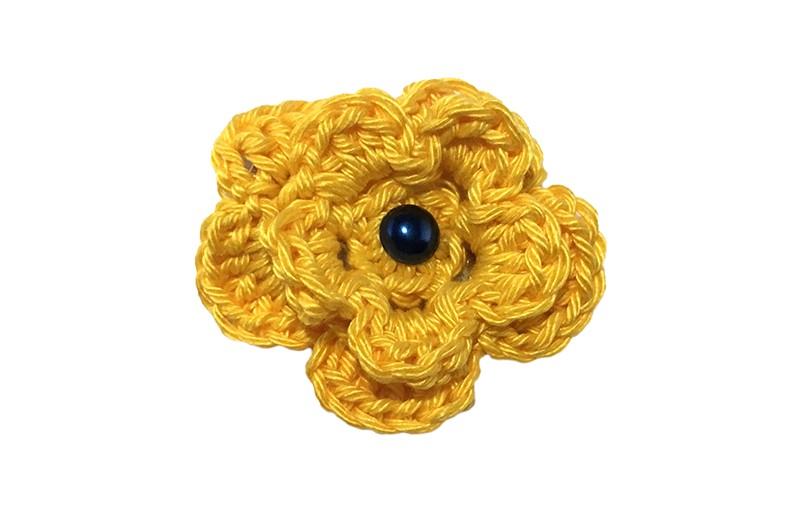 Vrolijke gele gehaakte haarbloem met een donkerblauw pareltje.  Op een handige alligator haarknip van 4 centimeter.