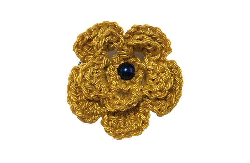 Vrolijke goudgele gehaakte haarbloem met een donkerblauw pareltje. Op een handige alligator haarknip van 4 centimeter.
