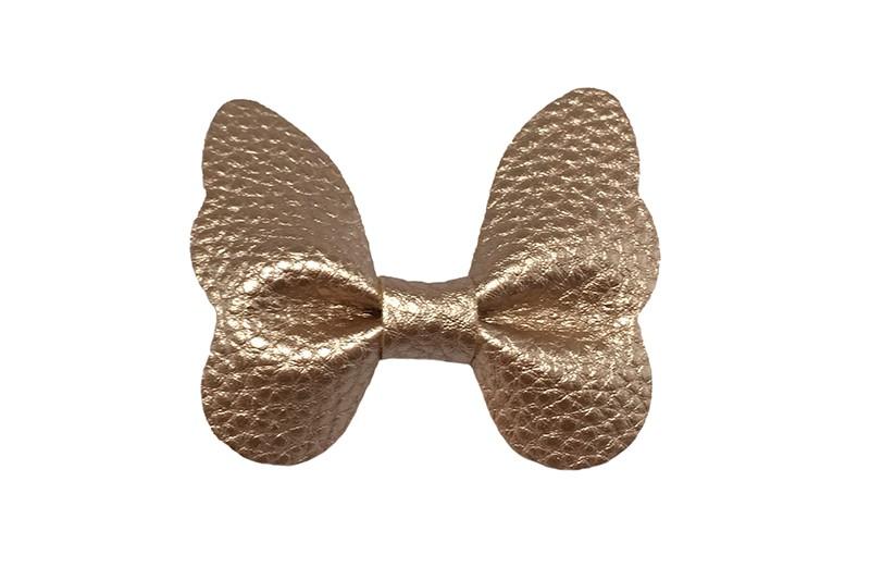 Vrolijke middel grote haarknip met licht brons goud imitatie leren vlinder.  Op een handig plat haarknipje van ongeveer 4 centimeter.  Leuk in de peuter en kleuter haartjes.