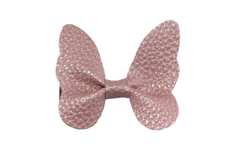 Vrolijke middel grote haarknip met licht roze imitatie leren vlinder.  Op een handig plat haarknipje van ongeveer 4 centimeter.  Leuk in de peuter en kleuter haartjes.
