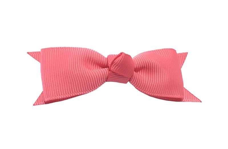 Mooi haarstrikje van koraal roze lint op een handig alligatorknipje. Leuk voor kleine meisjes en grotere meisjes.