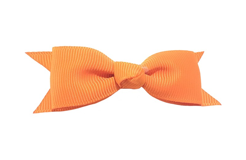 Mooi haarstrikje van oranje lint op een handig alligatorknipje. Leuk voor kleine meisjes en grotere meisjes.