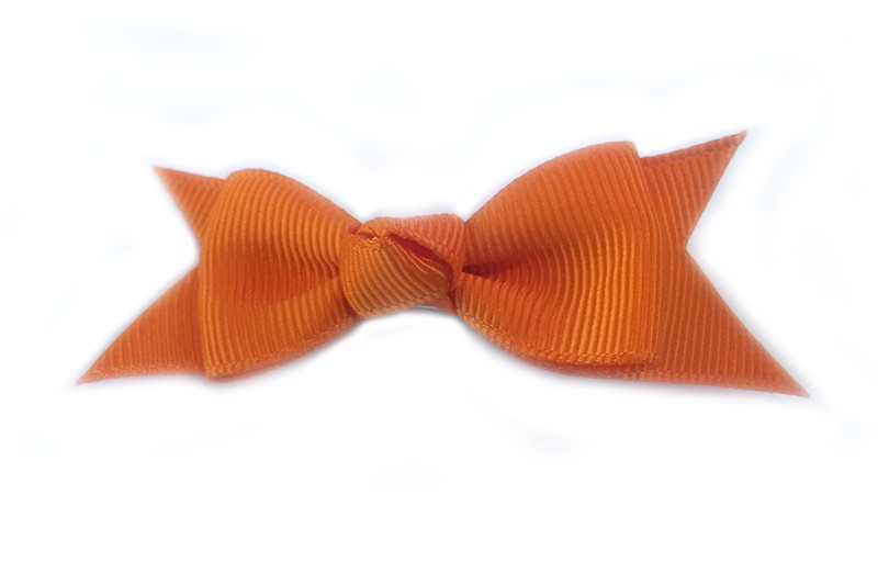 Mooie enkele haarstrik van oranje lint op een alligator knipje. Leuk voor kleine meisjes en grotere meisjes.