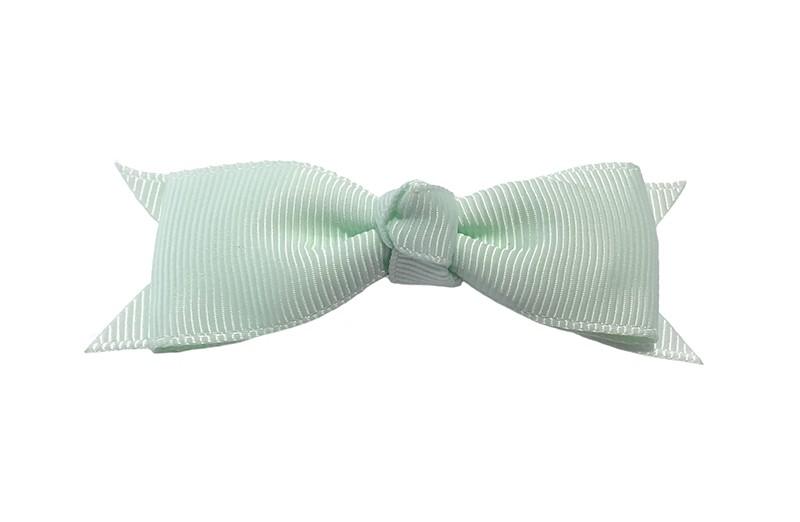 Mooi haarstrikje van zacht, mint groen lint op een handig alligatorknipje. Leuk voor kleine meisjes en grotere meisjes.