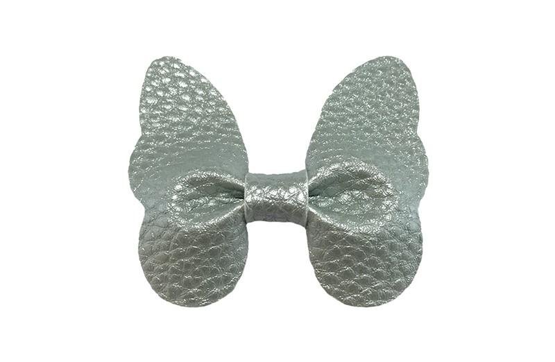 Vrolijke middel grote haarknip met mint groene imitatie leren vlinder.  Op een handig plat haarknipje van ongeveer 4 centimeter.  Leuk in de peuter en kleuter haartjes.