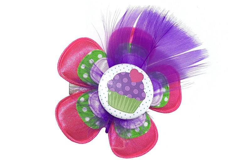 Vrolijke grote peuter kleuter haarknip met cupcake.  Met een fuchsia roze bloem, een groene bloem met witte stippeltjes en een lila paars bloemetje. Afgewerkt met een vrolijke button met cupcake en een paars veertje. Op een handige haarknip met tandjes.