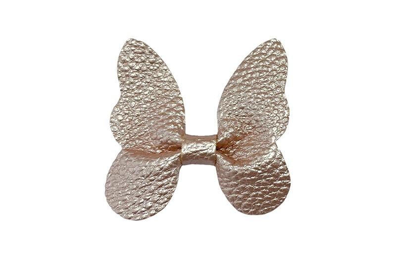Vrolijke middel grote haarknip met nep leren vlinder.  In een mooie rosé gouden kleur.  Op een plat haarknipje van ongeveer 4.5 centimeter. Leuk in de peuter en kleuter haartjes.