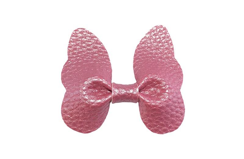 Vrolijke middel grote haarknip met roze imitatie leren vlinder.  Op een handig plat haarknipje van ongeveer 4 centimeter.  Leuk in de peuter en kleuter haartjes.