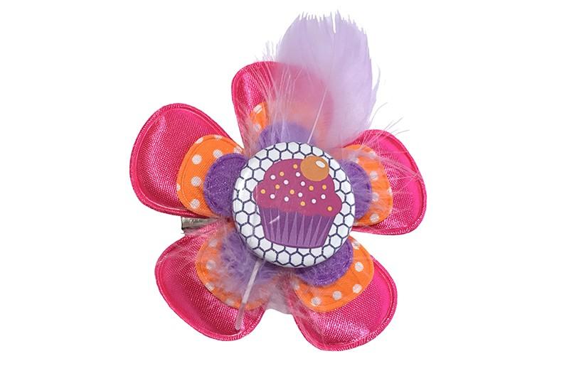 Vrolijke grote peuter kleuter haarknip met cupcake.  Met een fuchsia roze bloem, een oranje bloem met witte stippeltjes en een paars bloemetje.  Afgewerkt met een vrolijke button met cupcake en een lila paars veertje.  Op een handige haarknip met tandjes.