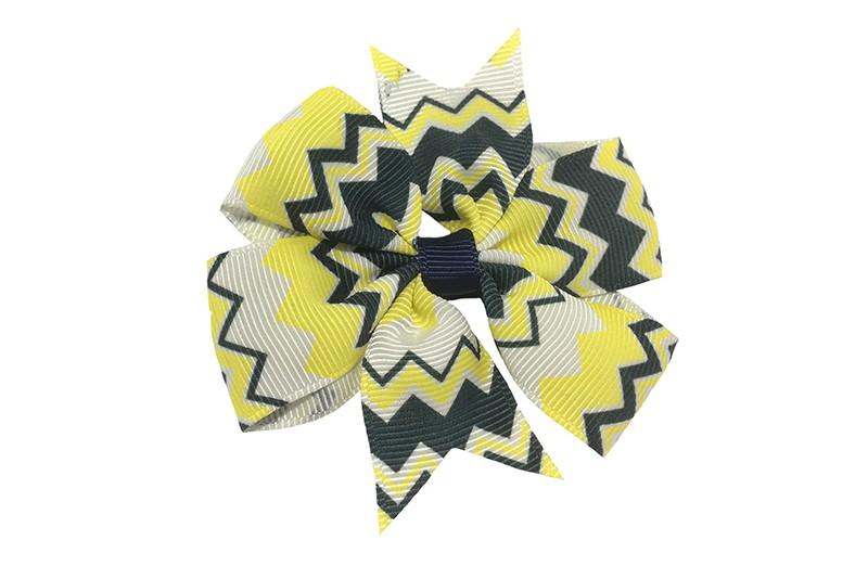 Mooi! Grote haarstrik met donkerblauw, wit en geel zigzag patroontje.  Op een plat haarspeldje bekleed met donkerblauw lint.