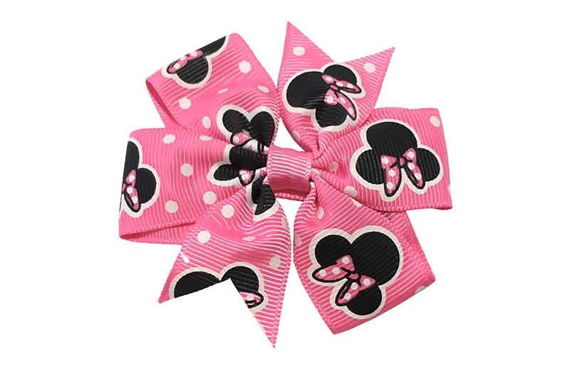 Vrolijke grote fel roze haarstrik met zwarte mouse motiefjes. Op een plat haarknipje bekleed met fel roze lint.