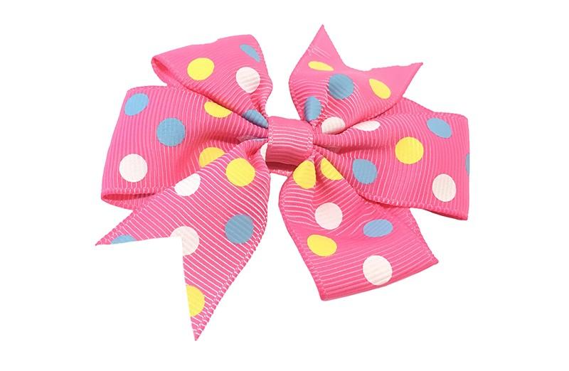 Leuke grote roze haarstrik met vrolijke stippels in geel, wit en licht blauw. Op een platte haarknip bekleed met roze lint.