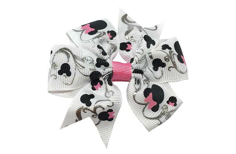 Vrolijke grote witte haarstrik met zilverkleurige accentjes en zwarte mouse motiefjes. Afgewerkt met een roze bandje.  Op een plat haarknipje bekleed met roze lint.