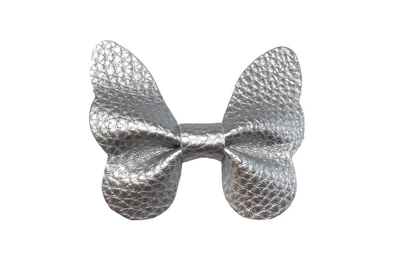 Vrolijke middel grote haarknip met zilver imitatie leren vlinder.  Op een handige plat haarknipje van ongeveer 4 centimeter.  Leuk in de peuter en kleuter haartjes.