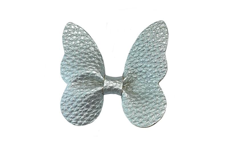 Vrolijke middel grote haarknip met een zilver nep leren vlinder.  Op een plat haarknipje van ongeveer 4.5 centimeter.  Leuk in de peuter en kleuter haartjes.