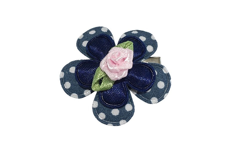 Vrolijk blauw peuter haarknipje met licht roze roosje. Met blauw bloemetje met witte stippeltjes, effen donkerblauw bloemetje en een licht roze roosje.  Het alligator haarknipje is ongeveer 3 centimeter.  Het knipje blijft door de kleine tandjes goed zitten in de haartjes.