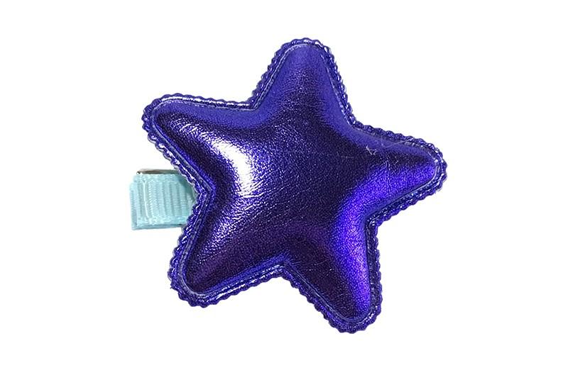 Vrolijk licht blauw haarknipje met een glanzende paars blauwe leerlook ster.  Het knipje is 3.5 centimeter breed en half bekleed met licht blauw lint.  Tip: Staat ook heel leuk per 2 stuks in de haartjes.