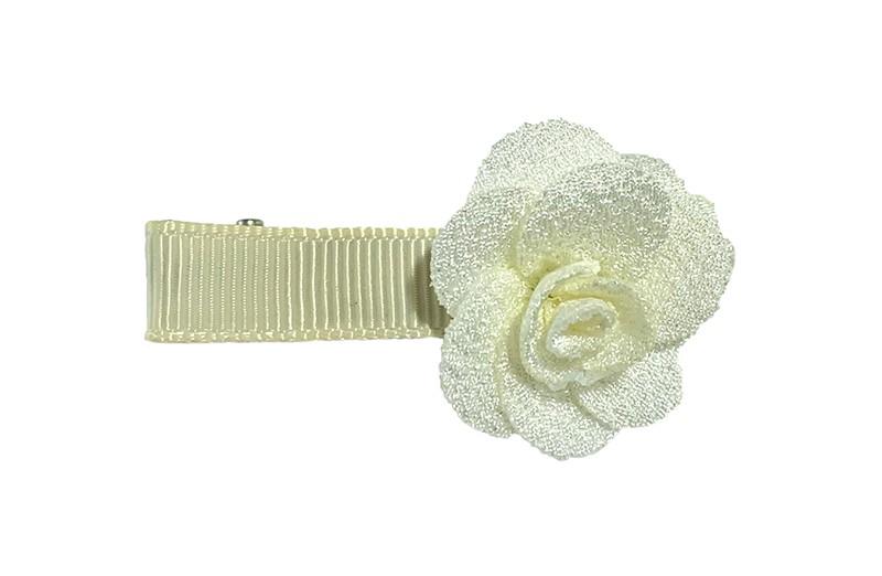Schattig creme wit peuter kleuter haarknipje. Met een wit stoffen roosje.  Het haarknipje heeft kleine tandjes en is half bekleed met creme lint.