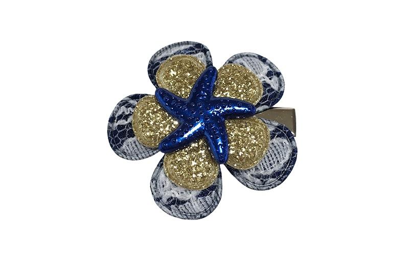 Vrolijk donkerblauw met goud peuter haarknipje. Met donkerblauw bloemetje in kantlook, een goud glitter bloemetje en een donkerblauw zeesterretje. Het alligator haarknipje is ongeveer 3 centimeter.  Het knipje blijft door de kleine tandjes goed zitten in de haartjes.