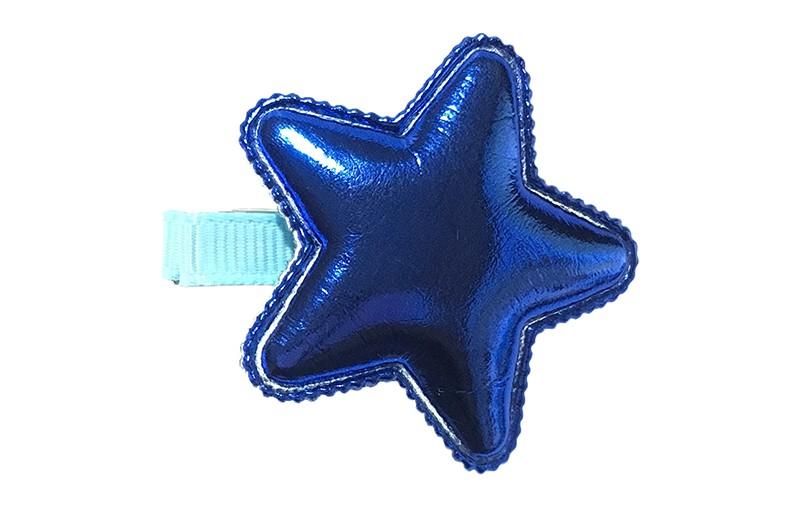 Vrolijk licht blauw haarknipje met een glanzende kobalt blauwe leerlook ster.  Het knipje is 3.5 centimeter breed en half bekleed met licht blauw lint.  Tip: Staat ook heel leuk per 2 stuks in de haartjes.