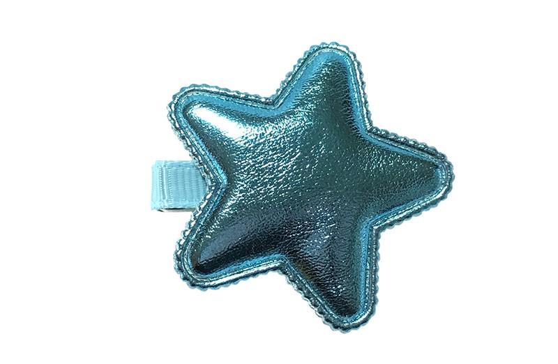 Vrolijk licht blauw haarknipje met een glanzend blauwe leerlook ster.  Het knipje is 3.5 centimeter breed en half bekleed met licht blauw lint.  Tip: Staat ook heel leuk per 2 stuks in de haartjes.