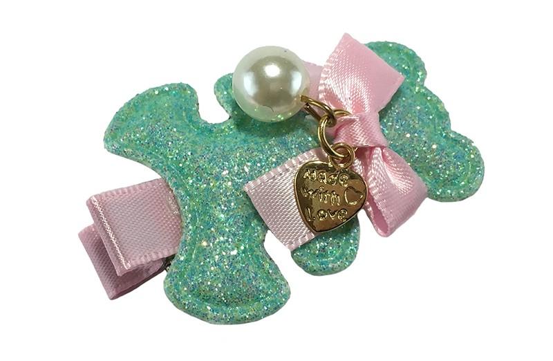 Vrolijk licht roze alligator haarknipje met een licht groen beertje in glitterlook.  Met daarop een klein licht roze strikje. Afgewerkt met een wit pareltje en een goudkleurig hangertje.  Het alligator haarknipje is ongeveer 4.5 centimeter, bekleed met lichtroze lint