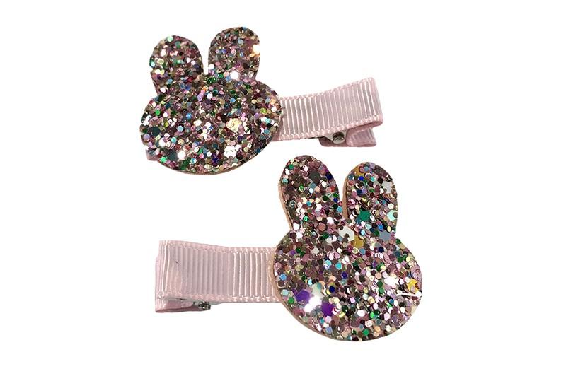 Schattig setje van 2 lichtroze haarknipjes.  Met op elk een konijnenkopje in glitterlook.  Het haarknipje is ongeveer 5 centimeter en is bekleed met lichtroze lint.