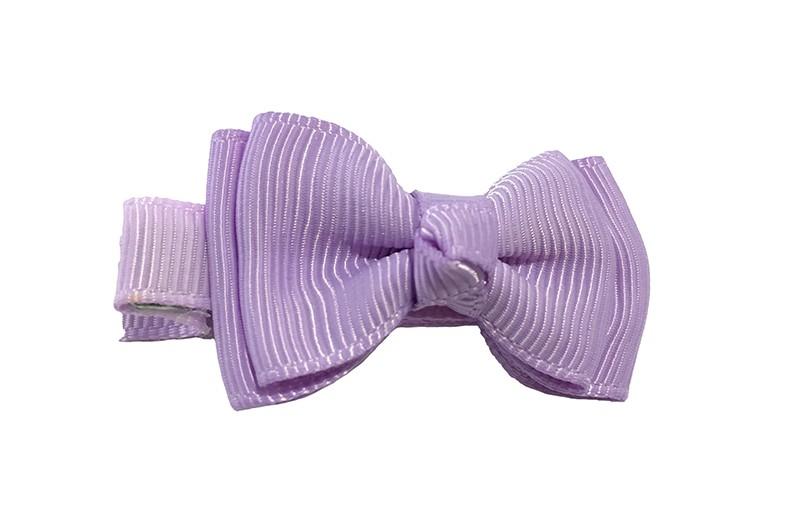 Gaat uit het assortiment! Leuk lila paars alligator haarknipje bekleed met lila lint. Met daarop een dubbellaags strikje van lila lint.