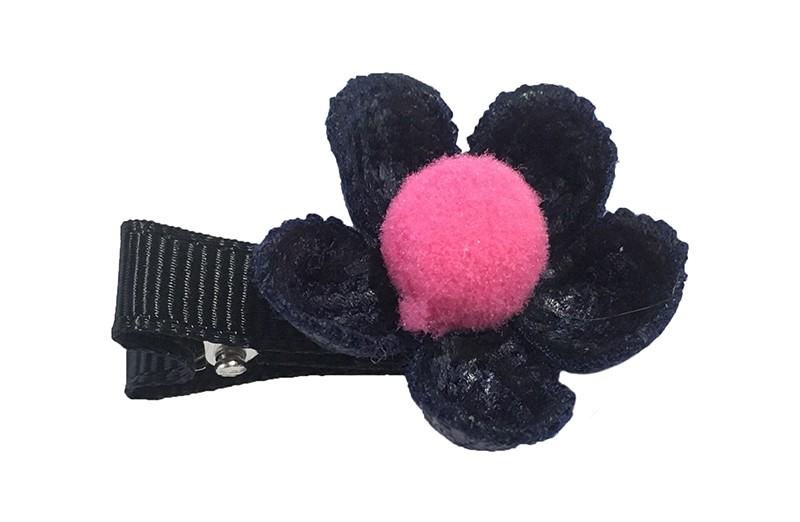 Leuk meisjes haarknipje met een donkerblauw gehaakt bloemetje. Afgemaakt met een klein roze pompommetje.  Het alligator knipje is bekleed met lint en is ongeveer 3.5 centimeter.