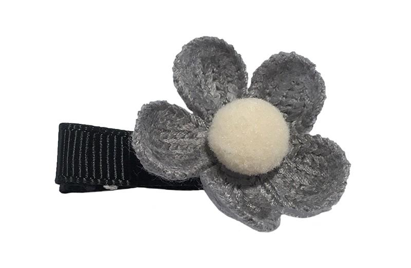 Leuk meisjes haarknipje met een grijs gehaakt bloemetje. Afgemaakt met een klein wit pompommetje.  Het alligator knipje is bekleed met zwart lint en is ongeveer 3.5 centimeter.