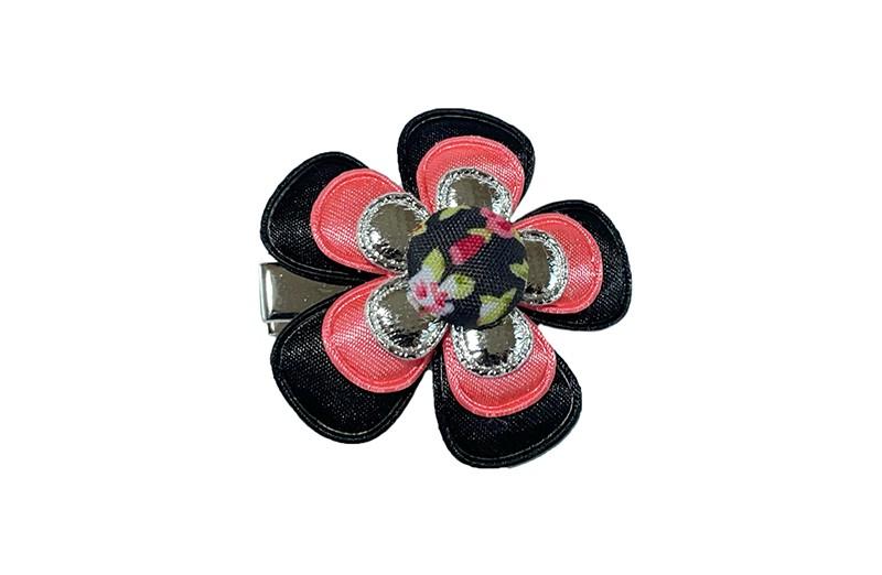 Vrolijke peuter kleuter haarknip.  Met een zwart bloemetje, een koraalroze bloemetje en een glanzend zilver bloemetje.  Afgewerkt met een stofknoopje met een vrolijk bloemenprintje.  Op een handig haarknipje met kleine tandjes.