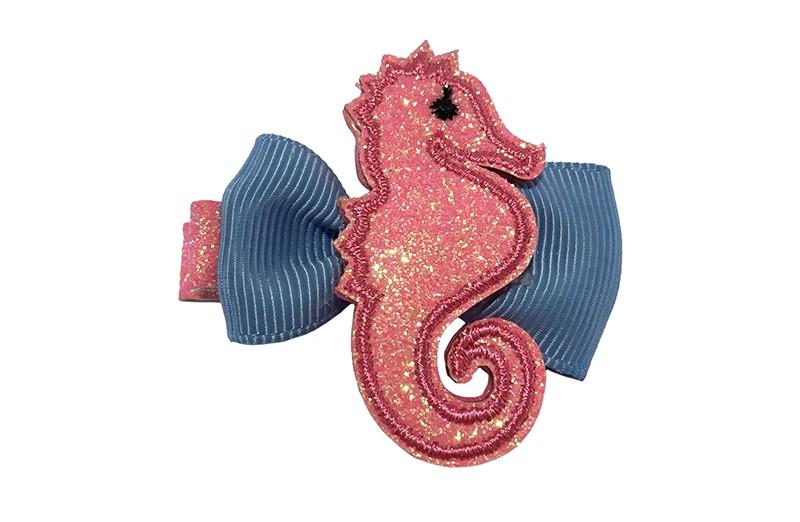 Vrolijk roze glitter haarknipje.  Met een blauw strikje van lint en een roze glitter zeepaardje.  Op een plat haarknipje van ongeveer 4.5 centimeter.