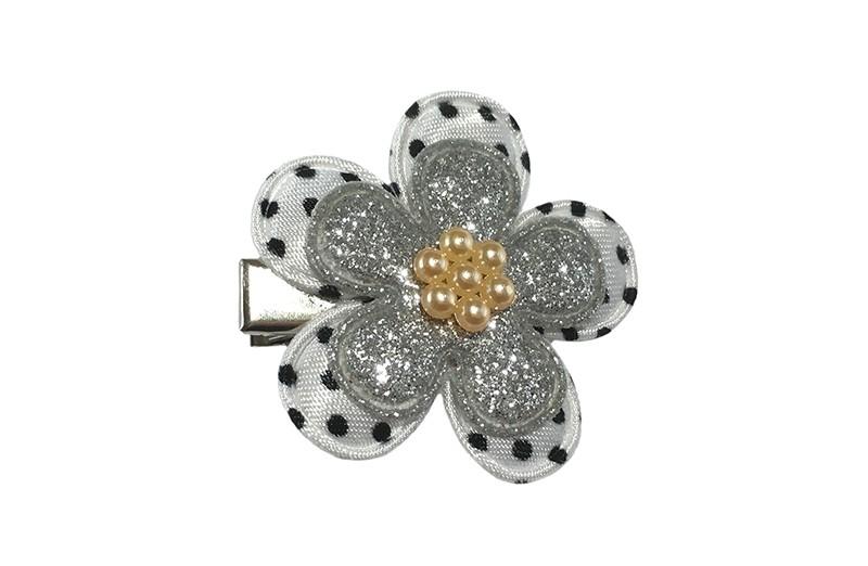 Vrolijk zilver pruter haarknipje.  Met een wit bloemetje met zwarte stippeltjes, een zilver glitter bloemetje en een zalm, licht oranje pareltje.  Het knipje blijft door de kleine tandjes goed zitten in de haartjes. Het knipje is ongeveer 3 centimeter.