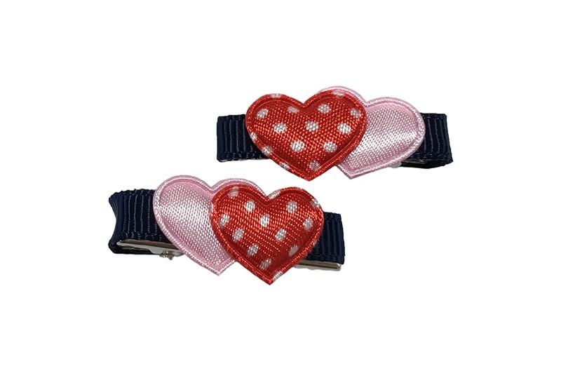 Schattig setje van 2 mini haarknipjes met kleine tandjes.  Met op elk een klein lichtroze hartje en een klein rood hartje met witte stipjes.  Het knipje is ongeveer 3 centimer, bekleed met donkerblauw lint.